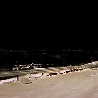 Ask 20210103. <br /> Fakler er satt langs veien. Stort jordskred har gått ved Ask i Gjerdrum. Flere boliger er tatt av skredet og flere personer er savnet. Over 1000 personer i området er evakuert.<br /> Foto: Tor Erik Schrøder / NTB