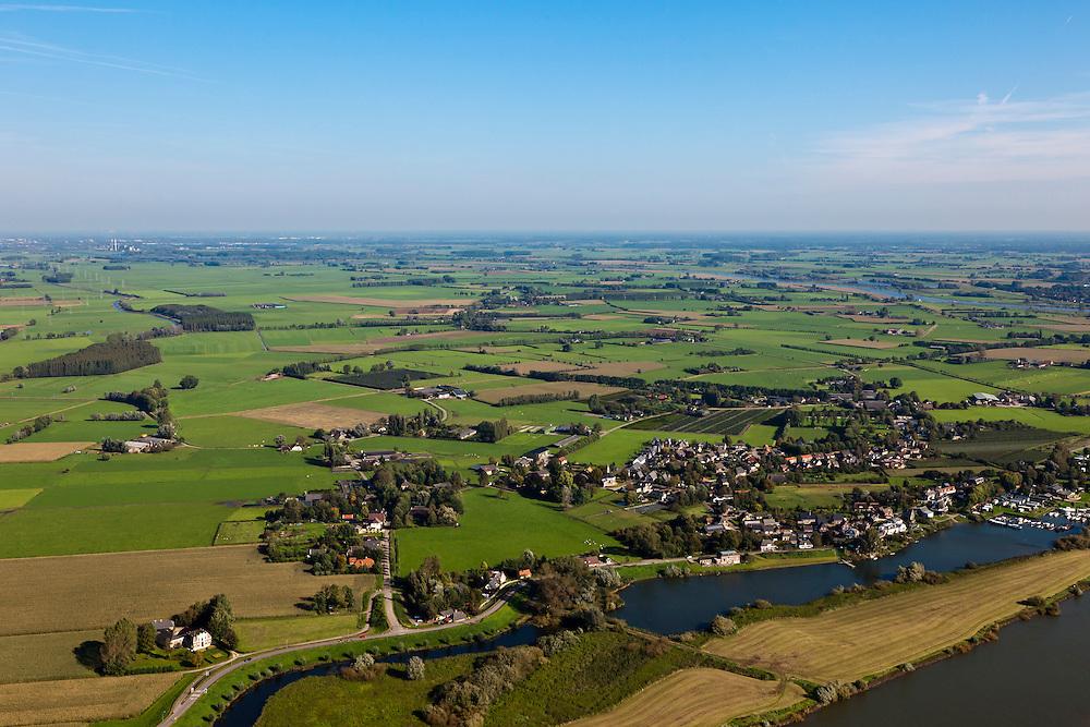 Nederland, Overijssel, Gemeente Heerde, 03-10-2010; landelijk gebied  ten westen van de IJssel (onder en rechts), voorbestemd voor de aanleg van de toekomstige hoogwatergeul Veessen-Wapenveld. De inlaat van de geul komt linksonder en loopt langs Veessen (voorgrond) en verder links van het midden. De geul wordt niet gegraven maar ontstaat door twee dijken aan te leggen door het buitengebied..Rural area, west of IJssel (under and right) predestined to house the future flood gully Veessen-Wapenveld. The inlet of the channel will be bottom left and the channel will run  left of the voltage of Veessen and  left of center. The channel will not be excavated but instead two parallel dikes will be constructed..luchtfoto (toeslag), aerial photo (additional fee required).foto/photo Siebe Swart