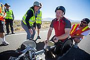 Alan Grace is met zijn handbike gefinisht op de vierde racedag. In Battle Mountain (Nevada) wordt ieder jaar de World Human Powered Speed Challenge gehouden. Tijdens deze wedstrijd wordt geprobeerd zo hard mogelijk te fietsen op pure menskracht. Ze halen snelheden tot 133 km/h. De deelnemers bestaan zowel uit teams van universiteiten als uit hobbyisten. Met de gestroomlijnde fietsen willen ze laten zien wat mogelijk is met menskracht. De speciale ligfietsen kunnen gezien worden als de Formule 1 van het fietsen. De kennis die wordt opgedaan wordt ook gebruikt om duurzaam vervoer verder te ontwikkelen.<br /> <br /> Alan Grace finishes with his handbike on the fourth racing day. In Battle Mountain (Nevada) each year the World Human Powered Speed ??Challenge is held. During this race they try to ride on pure manpower as hard as possible. Speeds up to 133 km/h are reached. The participants consist of both teams from universities and from hobbyists. With the sleek bikes they want to show what is possible with human power. The special recumbent bicycles can be seen as the Formula 1 of the bicycle. The knowledge gained is also used to develop sustainable transport.