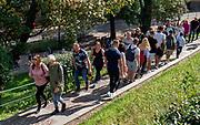 Kraków 2019-09-10. Turyści zmierzający na wawelskie wzgórze.