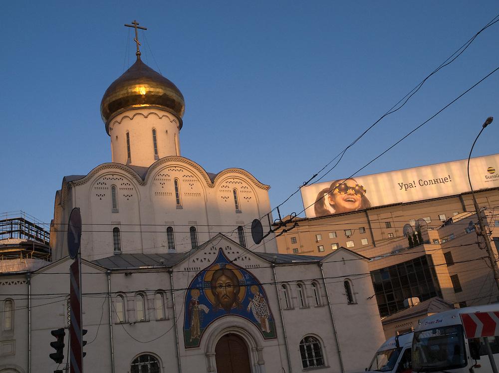 Die Nikolai-Kirche in der Nähe des Weißrussischen Bahnhofs (Belorusski woksal) im Moskauer Twerskaja-Jamskaja-Viertel.<br /> <br /> The Saint Nicholas Church close to the  Belorussky Rail Terminal (Belorusski voksal) at Moscows Twerskaja-Jamskaja-quater.