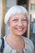 Annette Seaberg framför lokalen där den legendariska svenskklubben Verdandi en gång hade sin verksamhet. Där träffades Anette Seabergs föräldrar på dansgolvet. Bilder på vikingar och gamla kungar prydde väggarna och jukeboxen spelade svensk musik.<br /> <br /> Andersonville, Chicago, Illinois, USA<br /> <br /> Foto: Christina Sjögren