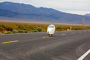 De vierde racedag. In Battle Mountain (Nevada) wordt ieder jaar de World Human Powered Speed Challenge gehouden. Tijdens deze wedstrijd wordt geprobeerd zo hard mogelijk te fietsen op pure menskracht. De deelnemers bestaan zowel uit teams van universiteiten als uit hobbyisten. Met de gestroomlijnde fietsen willen ze laten zien wat mogelijk is met menskracht.<br /> <br /> In Battle Mountain (Nevada) each year the World Human Powered Speed Challenge is held. During this race they try to ride on pure manpower as hard as possible.The participants consist of both teams from universities and from hobbyists. With the sleek bikes they want to show what is possible with human power.