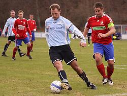 FODBOLD: Michael Gorm Nielsen (Helsingør) følges af Tim Pedersen (DMI) under kampen i Danmarksserien, pulje 1, mellem Elite 3000 Helsingør - Døllefjelde-Musse IF den 5. april 2010 på Helsingør Stadion. Foto: Claus Birch