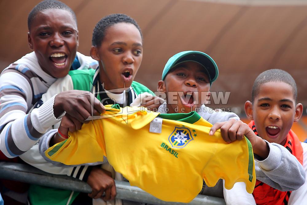 Torcida africana recepciona os jogadores brasileiros no treino de reconhecimento do gramado no Estádio Soccer City, em Joanesburgo. FOTO: Jefferson Bernardes/ Agência Preview