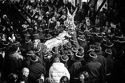 """Noicattaro - Venerdi santo. Fedeli e crociferi omaggiano la """"naca"""" prima dell'ingresso nella Chiesa Madre."""