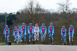 08-04-2016 NED: Challenge Diabetes on Tour, Arnhem<br /> Vandaag was de presentatie van de ploeg dat de roze trui in Milaan gaat ophalen. Op maandag 25 april 2016 vertrekken ze met een team bestaande uit mensen met diabetes en een begeleidingsteam naar Milaan. Na het overhandigen van de roze trui fietsen ze van 26 april t/m 3 mei in 8 dagen 1.190 km van Milaan naar Gelderland om daar op 4 en 5 mei 2016 een promotietour met de roze trui door de provincie te maken. Op 5 mei 2016 wordt de roze trui, vlak voor de ploegenpresentatie op het Marktplein in Apeldoorn, overhandigd aan de provincie.