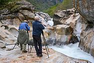 Zwei Fotografen im Verzascatal, Tessin, Schweiz<br /> <br /> Two photographers in the Verzasca Valley, Ticino, Switzerland