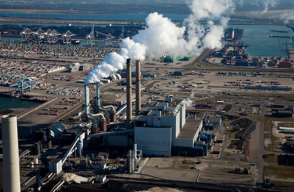 Nederland, Rotterdam, Maasvlakte, 20-03-2009; De poederkoolgestookte elektricitieitscentrale van E.ON (EON). Oorspronkelijk draaide de centrale op stookolie en aardgas, maar nu wordt het goedkopere steenkool gebruikt. De steenkool wordt eerst vermalen tot poeder. Om het milieu zo min mogelijk te belasten, worden de verbrandingsgassen gezuiverd en ontdaan van vliegas en zwaveldioxide (SO2). The powdered coal-fired power plant of E. ON (EON)..Originally run on oil and natural gas, the plant uses the cheaper coal. The coal is first crushed to powder. To protect the environment as much as possible, the combustion gases discharged and stripped of fly ash and sulfur dioxide (SO2).Swart collectie, luchtfoto (toeslag); Swart Collection, aerial photo (additional fee required); .foto Siebe Swart / photo Siebe Swart