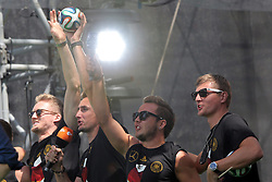 15.07.2014, Brandenburger Tor, Berlin, GER, FIFA WM, Empfang der Weltmeister in Deutschland, Finale, im Bild Andrä Schürrle, Miroslav Klose, Mario Goetze und Toni Kroos (v.l.) feiern // during Celebration of Team Germany for Champion of the FIFA Worldcup Brazil 2014 at the Brandenburger Tor in Berlin, Germany on 2014/07/15. EXPA Pictures © 2014, PhotoCredit: EXPA/ Eibner-Pressefoto/ Hibbeler<br /> <br /> *****ATTENTION - OUT of GER*****