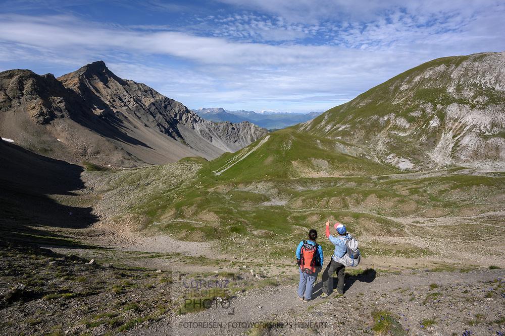 Zwei Wanderer beim Cumlet und Blick zum Lenzerhorn auf einer Wanderung von der Alp Sanaspans über Culmet auf die Furcletta, Lenz, Parc Ela, Graubünden, Schweiz<br /> <br /> Two hikers at the Cumlet and a view of the Lenzerhorn on a hike from the Alp Sanaspans via Culmet to the Furcletta, Lenz, Parc Ela, Grisons, Switzerland