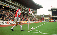 Robert Pires (Arsenal) prepares to take a corner. Arsenal 6:1 Leicester City, FA Carling Premiership, 26/12/2000. Credit Colorsport / Stuart MacFarlane.