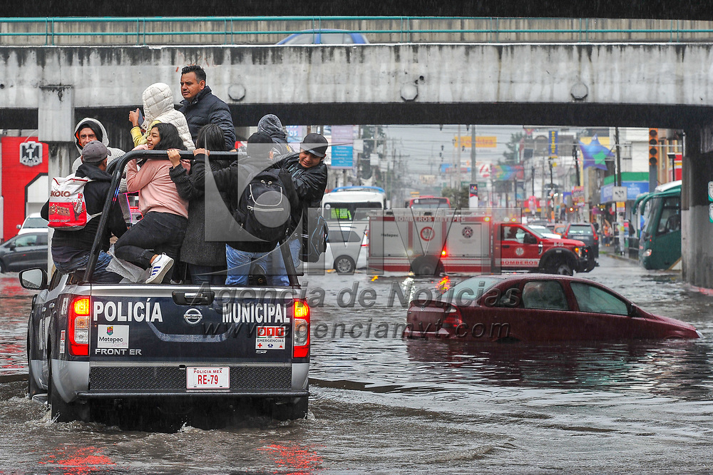 Toluca, México.- Varios autos quedaron varados, policías y bomberos realizaron labores de auxlio a las personas por la inundacion registrada esta tarde bajo el puente de Paseo Tollocan y Pilares, en los limites de Toluca y Metepec. Además de la gran cantidad de agua que cayó con la lluvia las alcantarillas quedaron tapadas por la basura acumulada. Agencia MVT / Mario Vázquez de la Torre.