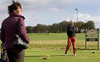 Heelsum - Touschouwer met deelnemer .Van Lanschot bankiers , sponsor bij  de Golfjournaalbeker 2006 op de Heelsumse GC.  Op de foto Willem vd Elskamp.COPYRIGHT KOEN SUYK