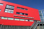 Nederland, Almere, 17-8-2005..De Pabo opleiding in een opvallend rood gebouw...Studeren in Almere, groeigemeente, groeikern, onderwijs, voorzieningen, jongeren, wonen en leren...Foto: Flip Franssen/Hollandse Hoogte