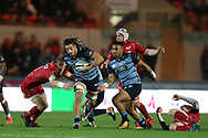 Josh Navidi of Cardiff Blues © breaks past Hadleigh Parkes of the Scarlets (l). . Guinness Pro14 rugby match, Scarlets v Cardiff Blues  at the Parc y Scarlets in Llanelli, West Wales on Saturday 28th October 2017.<br /> pic by  Andrew Orchard, Andrew Orchard sports photography.