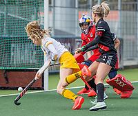 AMSTELVEEN -  Maartje Krekelaar (DenBosch) met Lauren Stam (Adam) en keeper Anne Veenendaal (Adam)   tijdens  de hoofdklasse hockey competitiewedstrijd dames, Amsterdam-Den Bosch (0-1)  COPYRIGHT KOEN SUYK