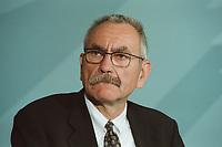 11 JUN 2001, BERLIN/GERMANY:<br /> Gerhard Goll, Vorstandsvorsitzender Energie Baden, waehrend der Unterzeichnung einer Vereinbarung zwischen der Bundesregierung und den Kernkraftwerksbetreibern zur geordneten Beendigung der Kernenergie, Bundeskanzleramt, Willy-Brand-Strasse<br /> IMAGE: 20010611-03/02-09<br /> KEYWORDS: Energiekonsens, Atomkonsens, Kernkraft, Kernenergie, Konsens, Energieversorgungsunternehmen
