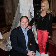 NLD/Haarzuilens/20120425 - Opening tentoonstelling Bruidjes van de Haar, Frans Bauer op de knieen voor partner Mariska Rossenberg