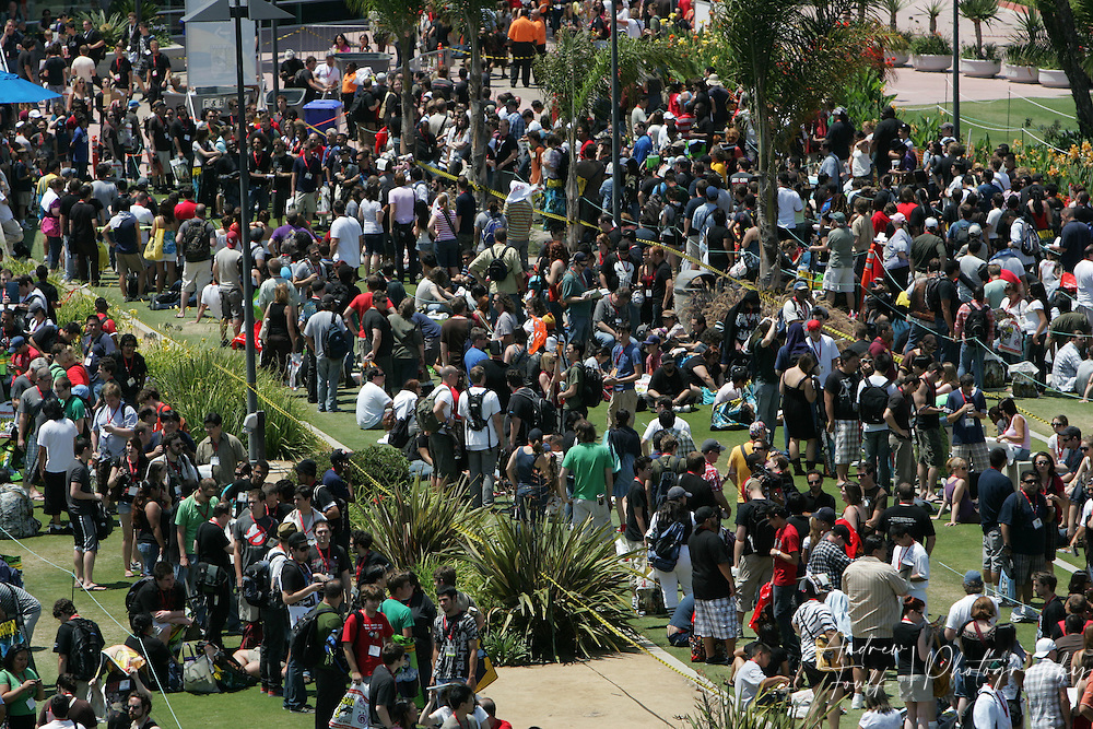 """Andrew Foulk/ Zuma Press.July 23, 2009, San Diego, California, USA. Comic Con. Comic Con attendees stand in line, in hopes of getting to see a preview of director James Cameron's newest film """"Avatar"""", during day one of the 40th annual San Diego International Comic Con."""