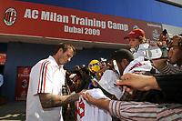 Fotball<br /> Milan på treningsleir i Dubai<br /> 02.01.2009<br /> Foto: imago/Digitalsport<br /> NORWAY ONLY<br /> <br /> David Beckham (AC Mailand) schreibt Autogramme für die Fans im Trainingslager in Dubai
