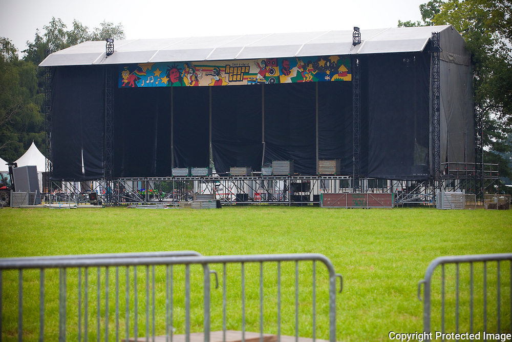 360752-Voorbereidingen en opbouw van festival Reggae Geel-Zandstraat Geel