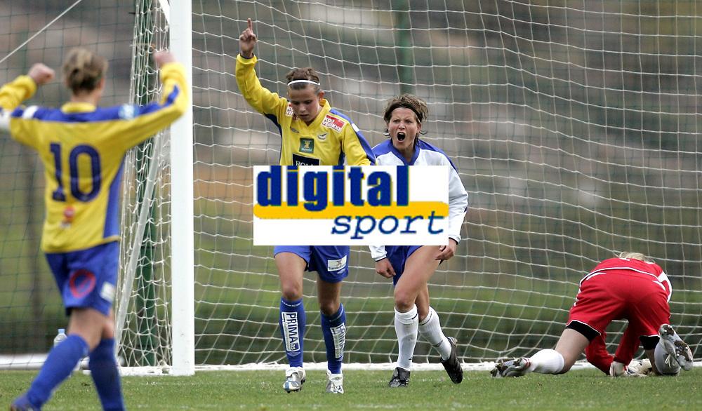 Fotball<br /> Treningskamp<br /> Toppserien kvinner<br /> La Manga<br /> 27.03.07<br /> Kolbotn - Trondheims/Ørn 1-1<br /> Kolbotns Trine Rønning roper ut i fortvilelse etter at Kristin Lie (armen i været) har satt inn utlikningen<br /> Foto - Kasper Wikestad