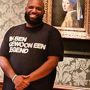NLD/Den Haag/20200724 - Willy Wartaal bestijgt de troon in het Mauritshuis, Willy Wartaal voor het schilderij meisje met de parel van Johannes Vermeer