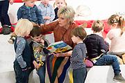 Prinses Laurentien leest voor aan kinderen uit het kinderboek Ssst! De tijger slaapt, tijdens het Nationale Voorleesontbijt<br /> <br /> Op de foto: Prinses Laurentien