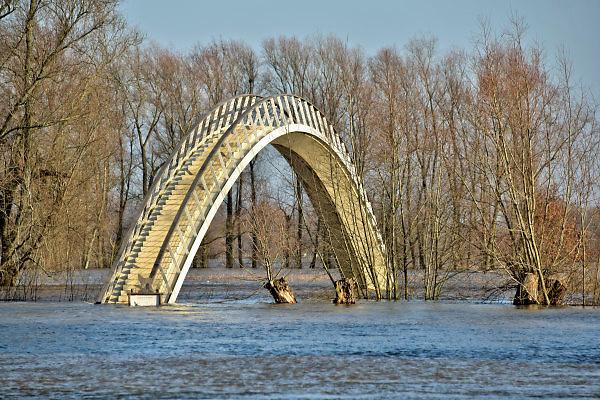 Nederland, Nijmegen, The Netherlands, 8-1-2018 Nijmegen maakt zich op voor hoogwater. Het stijgende water van de Rijn, Waal, is morgenavond op het hoogste peil. De coupures tussen de Waalkade en de stad afgesloten. Het voetgangersbruggetje Ooyblik, verbinding met de Ooijpolder is ingesloten door rivierwater.Foto: Flip Franssen
