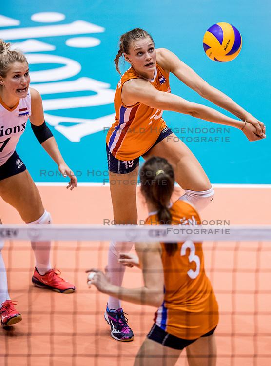 23-08-2017 NED: World Qualifications Belgium - Netherlands, Rotterdam<br /> De Nederlandse volleybalsters hebben op het WK-kwalificatietoernooi ook hun tweede duel in winst omgezet. Oranje overklaste België en won met 3-0 (25-18, 25-18, 25-22). Eerder werd Griekenland ook al met 3-0 verslagen / Nika Daalderop #19 of Netherlands