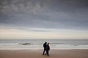 Nederland, Scheveningen, 01-11-2018<br /> Een man en vrouw lopen over het strand bij Scheveningen.<br /> <br /> A man and woman walk at the beach at Scheveningen.<br /> Foto: Bas de Meijer / De Beeldunie