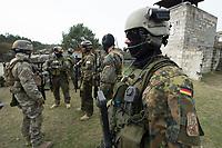 """03 APR 2012, LEHNIN/GERMANY:<br /> Soldaten vor Beginn der Uebung, Kampfschwimmer der Bundeswehr trainieren """"an Land"""" infanteristische Kampf, hier Haeuserkampf- und Geiselbefreiungsszenarien auf einem Truppenuebungsplatz<br /> IMAGE: 20120403-01-004<br /> KEYWORDS: Marine, Bundesmarine, Soldat, Soldaten, Armee, Streitkraefte, Spezialkraefte, Spezialkräfte, Kommandoeinsatz, Übung, Uebung, Training, Spezialisierten Einsatzkraeften Marine, Waffentaucher"""