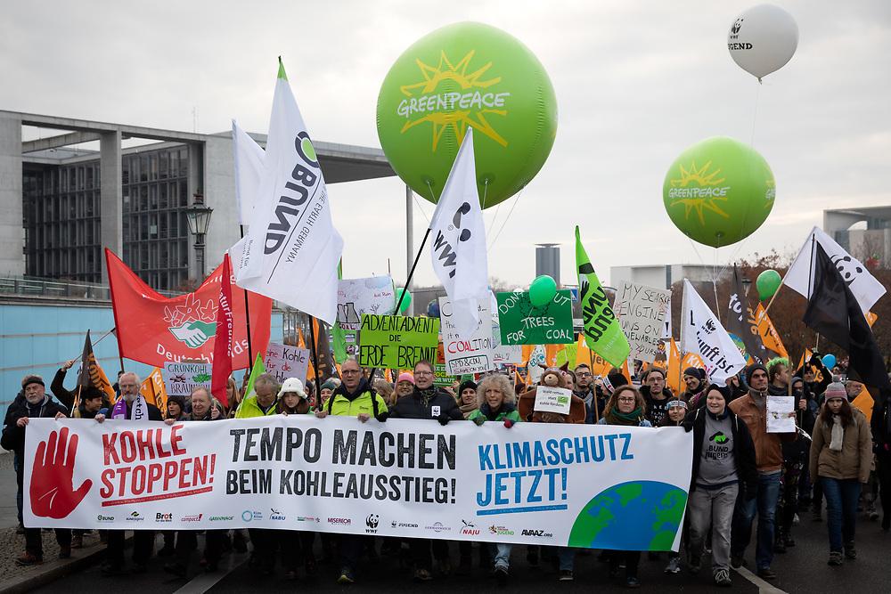 """Mehrere zehntausend Menschen protestieren vor der Weltklimakonferenz in Polen (COP24) und kurz vor dem Abschlussbericht der Kohle-Kommission in Berlin unter dem Motto """"Kohle stoppen – Klimaschutz jetzt!"""" für einen Kohleausstieg und die Einhaltung des Pariser Klimaabkommen. Demonstranten mit Banner: Tempo machen beim Kohleausstieg. <br /> <br /> [© Christian Mang - Veroeffentlichung nur gg. Honorar (zzgl. MwSt.), Urhebervermerk und Beleg. Nur für redaktionelle Nutzung - Publication only with licence fee payment, copyright notice and voucher copy. For editorial use only - No model release. No property release. Kontakt: mail@christianmang.com.]"""