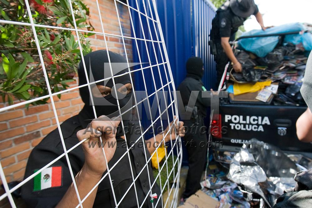 TOLUCA, México.- Policias Federales y municipales realizaron esta tarde un operativo en la zona de la terminal donde decomisaron miles de discos y peliculas piratas; no hubo detenidos. Agencia MVT / Mario Vázquez de la Torre. (DIGITAL)