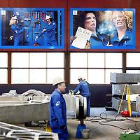 Nederland, Ijmuiden , 28 april 2010..Een instructiebord voor de buitenlandse werknemers van Cofely..Cofely levert innovatieve, state-of-the-art oplossingen in de werktuigbouw, elektrotechniek en automatisering voor de industrie. .Cofely provides innovative, state-of-the-art solutions in mechanical, electrical and automation industry.
