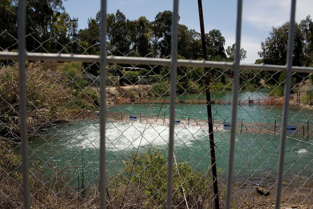 Point de sortie du Jourdain du Lac de Tibériade. Le niveau de l'eau a tellement baissé qu'une station de pompage a été installée pour maintenir l'écoulement du fleuve. Israël, mai 2011