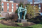 Statue Affinité, Hans Schleeh<br /> Art Public, Parc du Mont-Royal, Montréal, Québec Canada