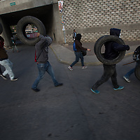 A group of young people carried tyres to burn on a barricade in Comayagüela. Disillusionment among young people was very high. Employment opportunities are scarce, job conditions are poor, and access to university education is politicised and expensive.