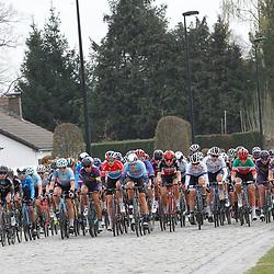 04-04-2021: Wielrennen: Ronde van Vlaanderen (Vrouwen): Oudenaarde<br />Peloton op de kasseien