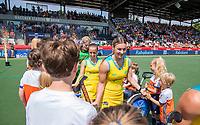AMSTELVEEN - Ambrosia Malone (Austr.) met de mascottes    voor   de Pro League hockeywedstrijd dames, Nederland-Australie (3-1) COPYRIGHT  KOEN SUYK