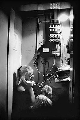 Nederland, Nijmegen, 15-6-1989Een studente, vrouw, zit aan de telefoon in de stoppenkast van de studentenflat waar zij een kamer heeft.Foto: Flip Franssen/Hollandse Hoogte