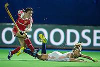 BOOM -  Kate Walsh van Engeland loopt Kitty van Male onderuit tijdens de halve finale van het EK hockey tussen de vrouwen van Nederland en Engeland. ANP KOEN SUYK
