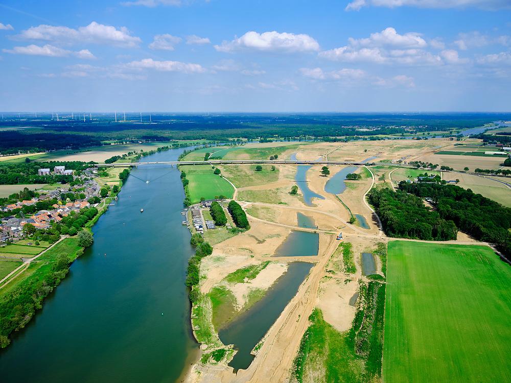 Nederland, Limburg, Gemeente Venray; 27-05-2020; Wanssum, zicht op de Maas en (toekomstige) hoogwatergeul. Op deze lokatie niet alleen de geulen maar ook de toekomstige de uitlaat, rechts de aanleg van de Hoge Gronddijk. Onderdeel van Gebiedsontwikkeling Ooijen en Wanssum, waaronder aanleg van een  hoogwatergeul, weerdverlaging en natuurontwikkeling.<br /> Op het middenplan de Koninginnebrug en N270 naar Well.<br /> Wanssum, view of the Maas and (future) high water channel. At this location not only the channels but also the future outlet, on the right the construction of the Hoge Gronddijk. <br /> luchtfoto (toeslag op standard tarieven);<br /> aerial photo (additional fee required)<br /> copyright © 2020 foto/photo Siebe Swart