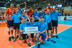 12-06-2019 NED: Golden League Netherlands - Estonia, Hoogeveen<br /> Fifth match poule B - The Netherlands win 3-0 from Estonia in the series of the group stage in the Golden European League / Maarten van Garderen #3 of Netherlands, Fabian Plak #8 of Netherlands, Nimir Abdelaziz #14 of Netherlands and floor crew with the Staatsloterij cheque