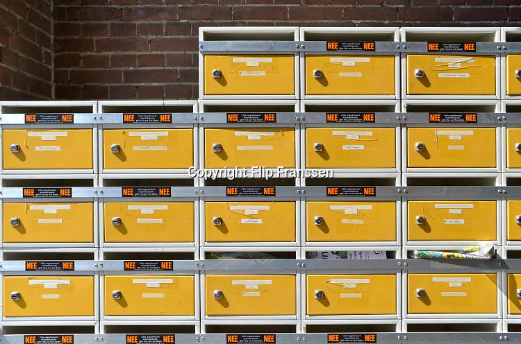 Nederland, Nijmegen, 16-8-2016De namen van bewoners van een studentenhuis bij de bellen naast de voordeur. Op kamers gaan. Het is een oud klooster wat omgebouwd is voor kamerbewoningFoto: Flip Franssen