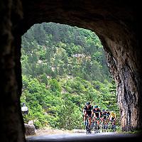 Frankrijk, Gorges du Tarn, 18-07-2015.<br /> Wielrennen, Tour de France.<br /> Etappe van Rodez naar Mende.<br /> Chris Froome in zijn Gele Trui in de Sky trein de tunnel in.<br /> Foto: Klaas Jan van der Weij