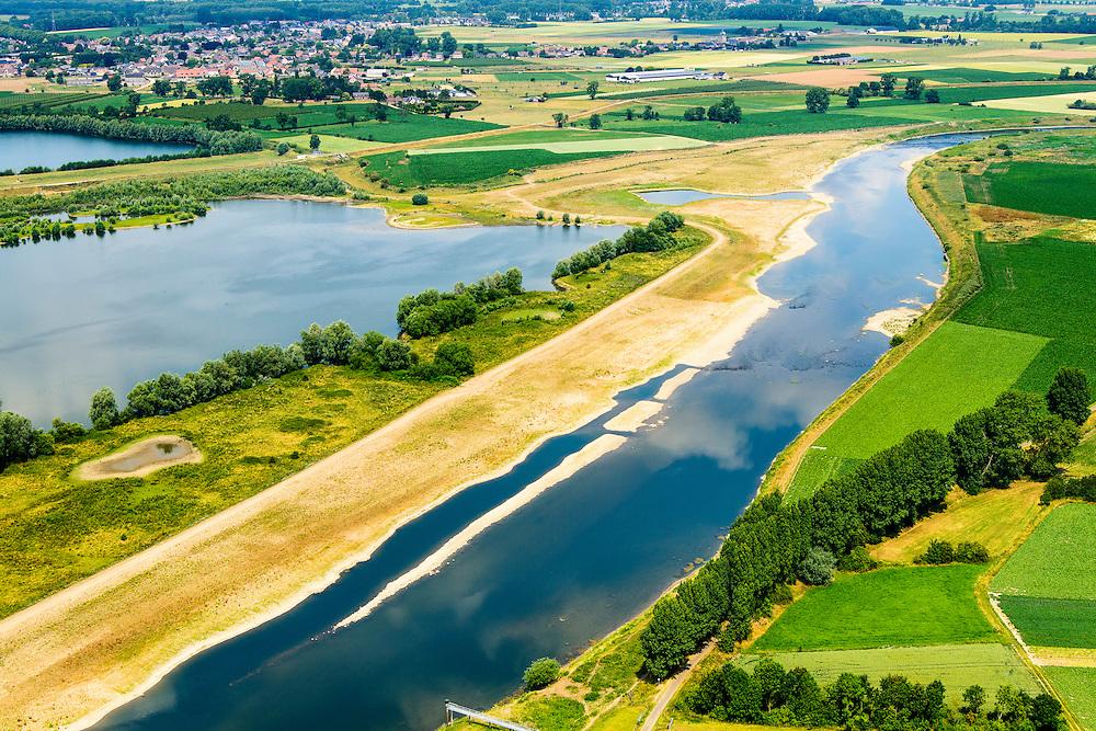Nederland, Limburg, Gemeente Sittard-Geleen, 26-06-2014; Grevenbicht: de stroomgeul van de Maas (Grensmaas) wordt verbreed en de weerd (uiterwaard) wordt verlaagd. Werkzaamheden in het kader van het project Grensmaas: rivierbeveiliging door stroomgeulverbreding en oeververlaging, natuurontwikkeling ontgrinding.<br /> Grevenbicht: the flow channel of the Maas (Meuse) is widened and the floodplain lowered. Project Border Meuse, river protection through stream channel widening and bank reduction, habitat and 'de-gravelisation'.<br /> luchtfoto (toeslag op standaard tarieven);<br /> aerial photo (additional fee required);<br /> copyright foto/photo Siebe Swart.