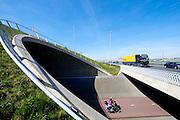Snelweg A12 met daaronder fietstunnel en fietspad, vlak bij Zoetermeer - Dutch highway A12 with a cyclepath and a tunnel tube below the highway between The Hague and Utrecht.