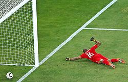 11-06-2010 VOETBAL: FIFA WORLDCUP 2010 ZUID AFRIKA - MEXICO: JOHANNESBURG<br /> De openingswedstrijd van het WK heeft geen winnaar opgeleverd.<br /> Begeleid door de sonore klank van de vuvuzela's op de tribunes in Johannesburg speelden Zuid-Afrika en Mexico met 1-1 gelijk /  Dissapointed South Africa s goalkeeper Itumeleng Khune<br /> ©2010-FRH- NPH/  Vid Ponikvar (Netherlands only)